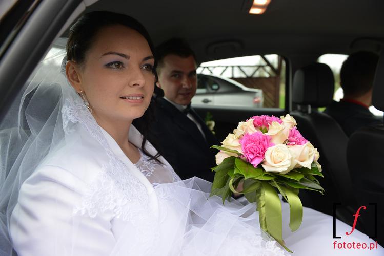 Para mloda w drodze na ceremonie slubna