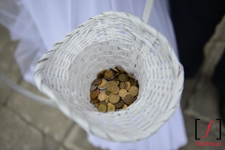 Slub, rzucanie monet przed kosciolem