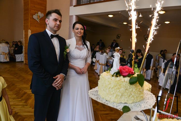 Sztuczne ognie na torcie weselnym