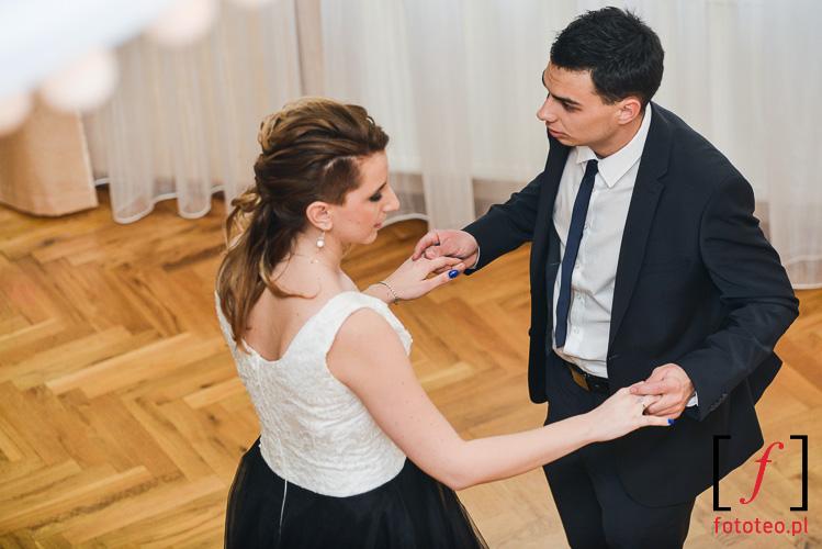 Tanczacy weselnicy