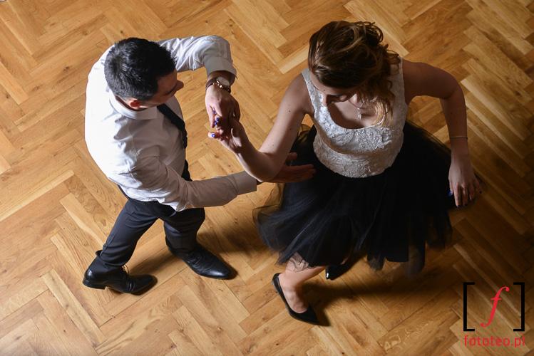 Tance na sali weselnej w Brzusniku