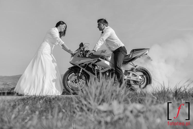 Plener ślubny z motocyklem