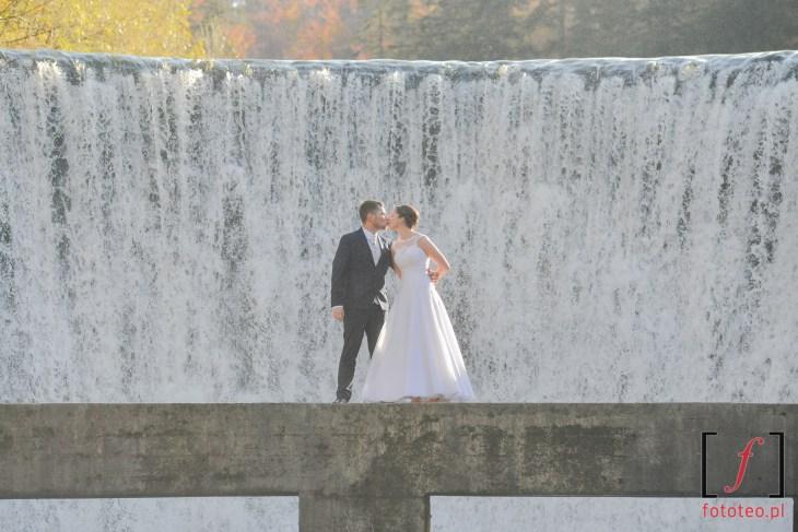 Ślubna sesja przy wodospadzie w Wiśle