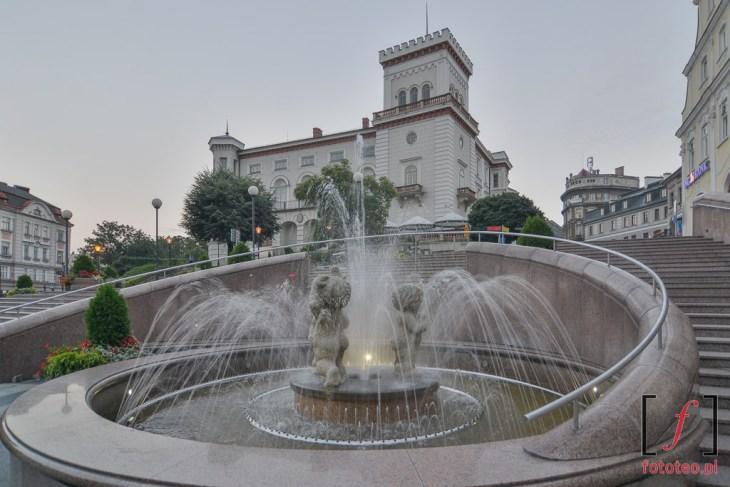 Fotografia fontanny i Zamku Sułkowskich w Bielsku-Białej.