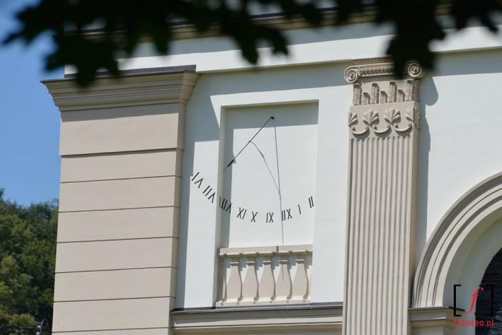Zegar słoneczny na kościele ewangelicko-augsburskim w centrum Wisły