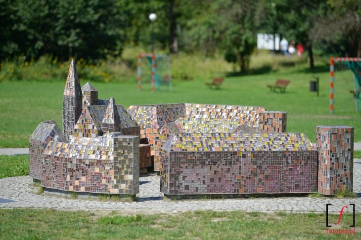 Miniaturki zamków zkolorowej mozaiki. Fotografia