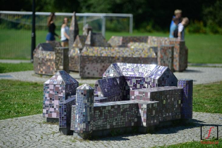 Miniaturki zamków zkolorowej mozaiki nabulwarze księżycowym wWiśle