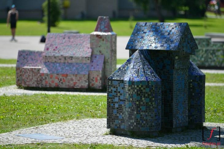 Miniaturki zamków z kolorowej mozaiki na bulwarze księżycowym w Wiśle