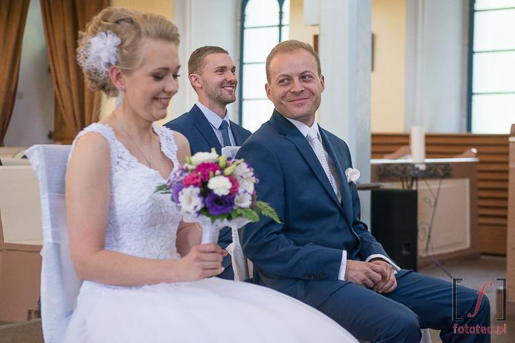 Szczęśliwa para młoda przed ołtarzem