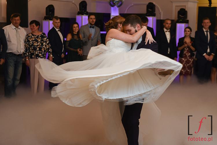 Pierwszy taniec mlodej pary