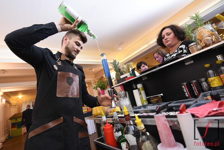 Barman podczas wesela