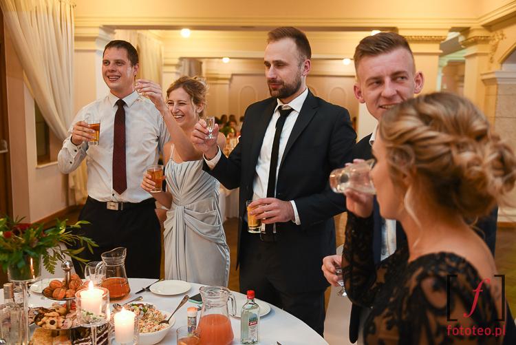 Toasty wesele w fotografii