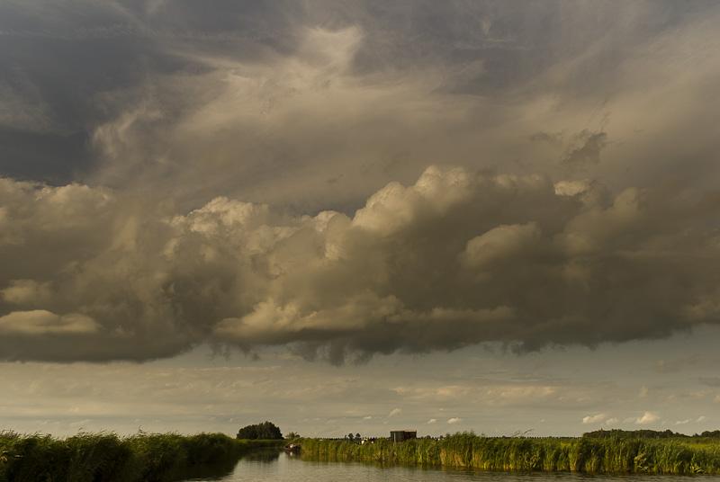 Regenwolken boven Jisperveld