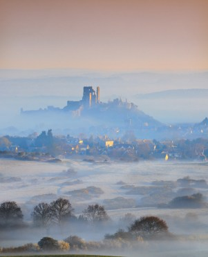 VP3. The castle, viewed from across Corfe Common Canon 5D II, 70-200mm f/4 at 200mm, ISO 100, 1/8 sec at f/16. © Mark Bauer
