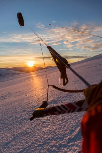 Photographing whilst kite skiing, not an easy task. Canon 5D MkIII, 24-105mm at 24mm, ISO 100, 1/200 sec at f/7.1, December. © Stuart Holmes.