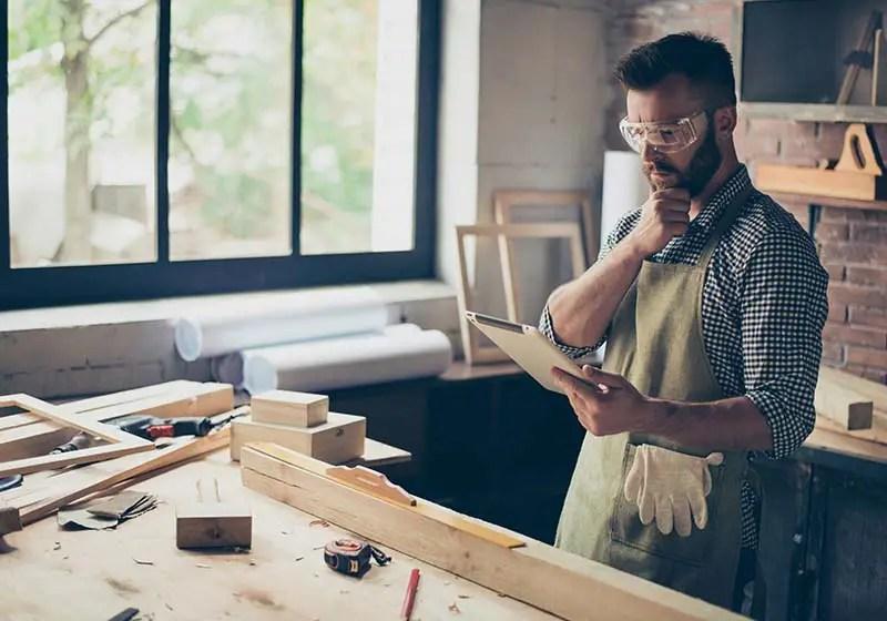 Tømre kigger på videoproduktion
