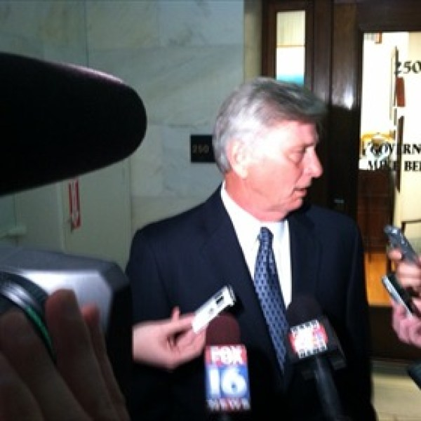 Beebe talks to reporters_2834401582202441288