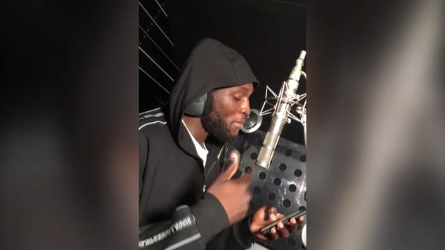 Lukaku shows off his bars