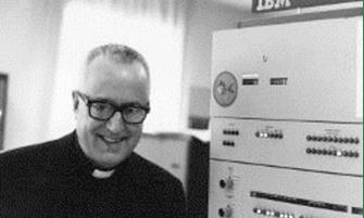 Roberto Busa ao lado de computador da IBM
