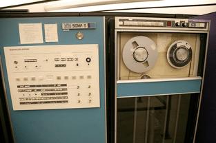"""Computador Xerox - SDS Sigma 5, instalado nos laboratórios da Universidade de Illinois. Através dele, Michael S. Hart elaborou a digitalização da """"Declaração de Independência dos Estados Unidos""""."""