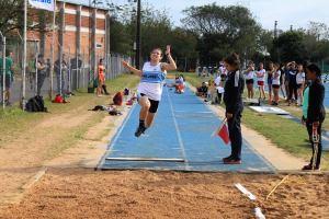 Xenia Hiebert, atleta que se destaca en los 100 metros y salto largo.