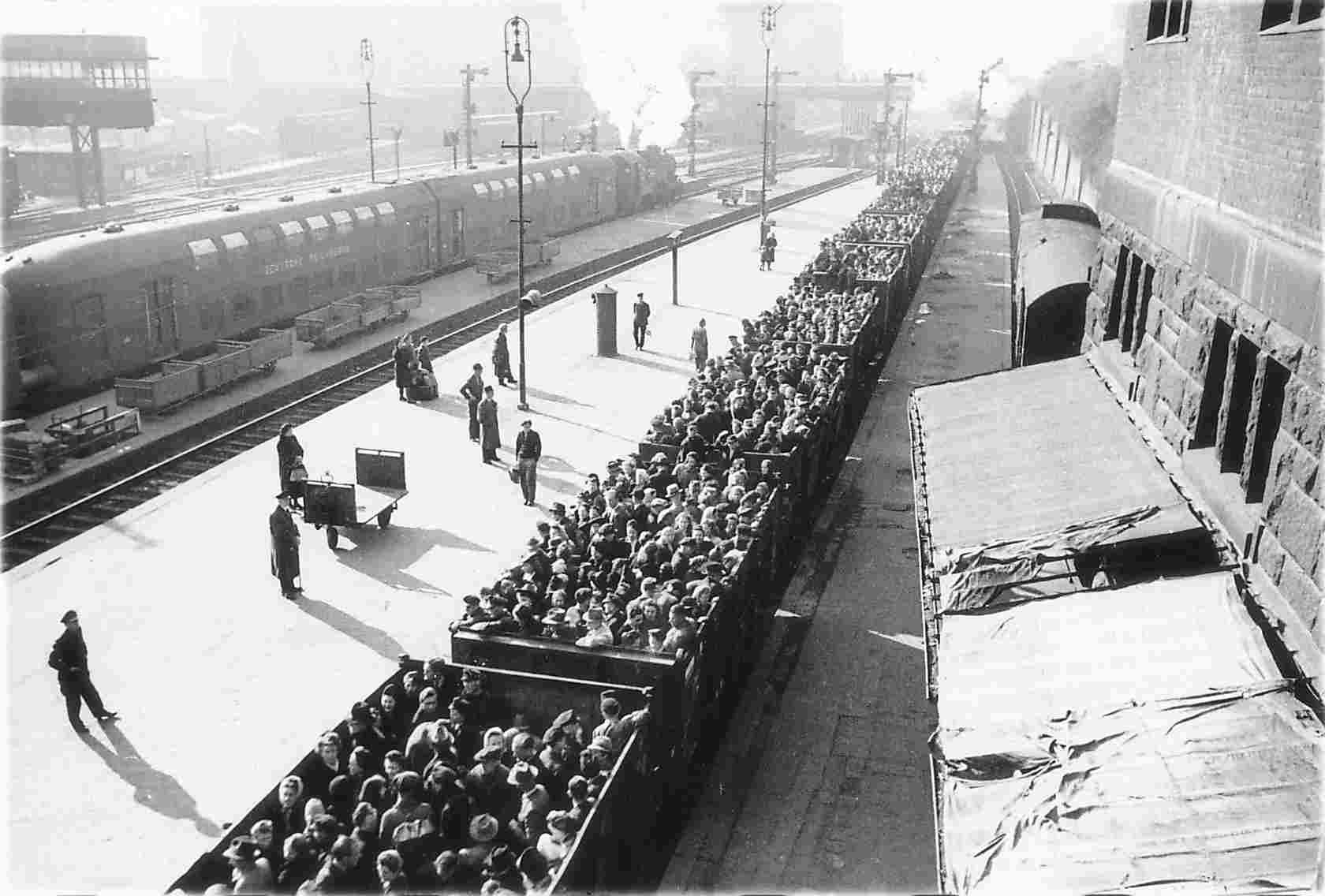 """Dans leur documentaire télévisé de 1990 intitulé ; La mort, un maître l'Allemagne, Jäcker et Rosh montrait cette photographie tandis que le commentateur disait ; """"Pendant ce temps,  des dizaines de milliers de Juifs en Roumanie étaient entassés dans des wagons à bestiaux et expédiés vers les chambres à gaz d'Auschwitz."""