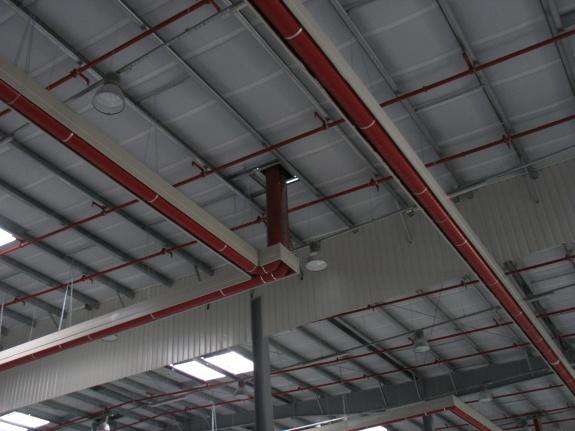 Particolare del circuito a nastri radianti girad installati nel capannone Pronox in Polonia