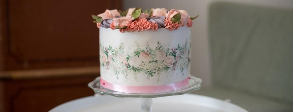 Törtchen mit floralem Muster. Esspapier-Print und Buttercremeblumen.