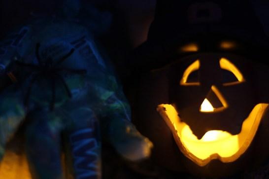 halloween-diy-geisterhaende-kuerbis