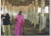 Il Vescovo visita la stalla di una scuola agraria