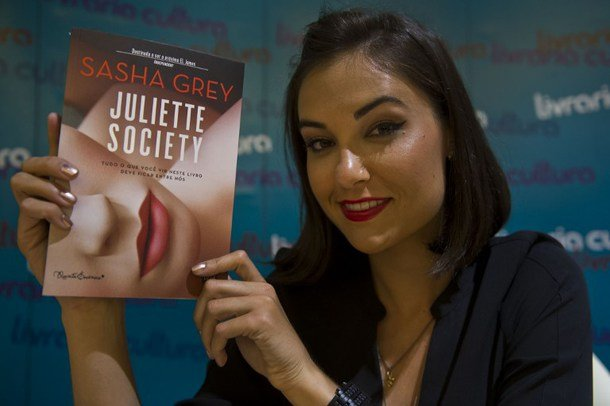 """Sasha Grey smiles during the launching of her first novel """"Juliette Society"""" in Sao Paulo, Brazil on August 21, 2013. AFP PHOTO / NELSON ALMEIDA"""