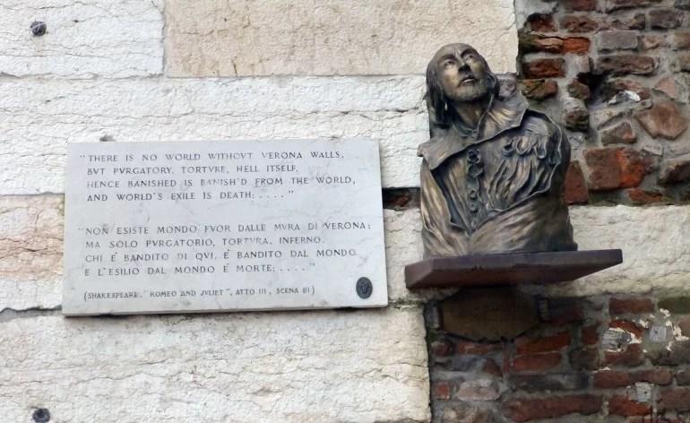 Targa con citazione da Romeo e Giulietta e Busto di W. Shakespeare sui Portoni della Brà, Verona. Fonte: http://www.dismappa.it/