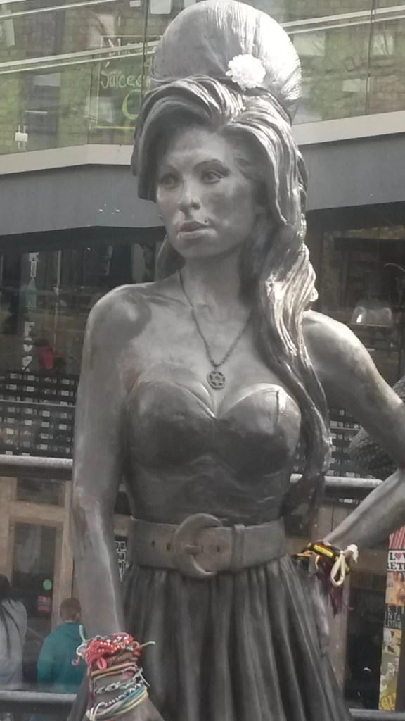 La statua dedicata a Amy Winehouse a Camden Town, Londra.