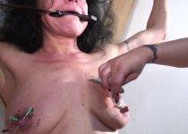 Mamie se fait douloureusement fister