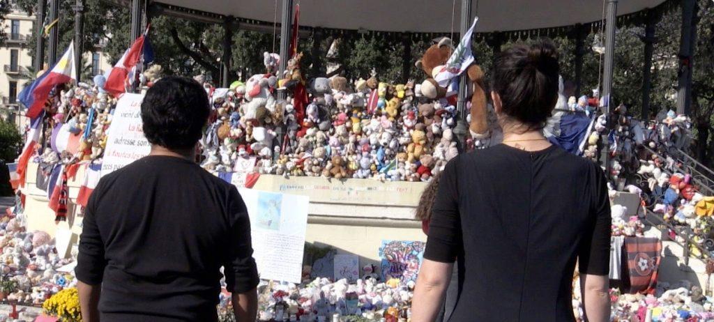 «Le souffle de la vie»: Esteban et Federica, interprètes de la danse, face au kiosque en hommage aux victimes