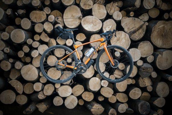 un vélo de gravel orange