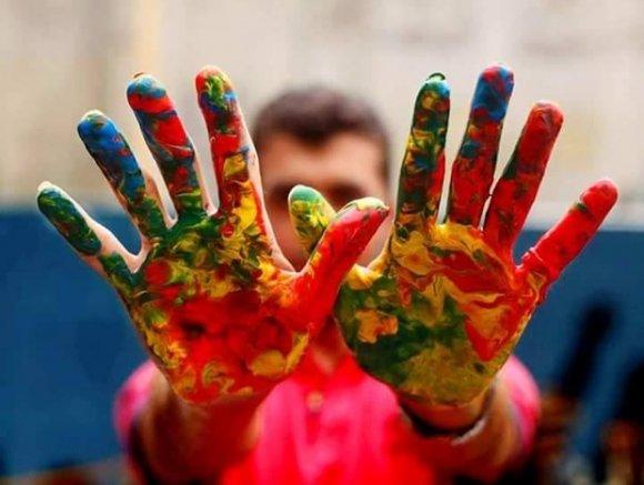 Les créations d'Osama Sbeata se distinguent souvent par leurs couleurs vives (avec l'aimable autorisation d'Osama Sbeata)