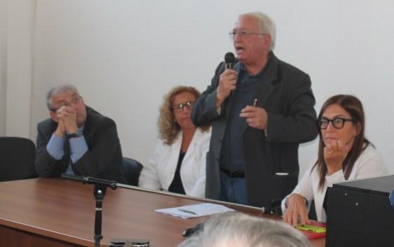 Ospedale di Praia a Mare: altro che contestazioni, per la politica applausi e boccioli di rosa