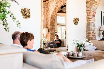 Lo sposo con gli invitati | Matrimonio a Cortona intimate wedding in Tuscany