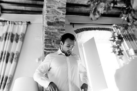 i preparativi dello sposo | Matrimonio a Cortona intimate wedding in Tuscany
