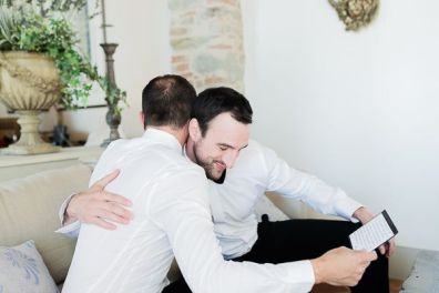 Tom e lo sposo si abbracciano | Matrimonio a Cortona intimate wedding in Tuscany