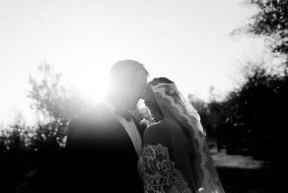 Sposi in backlight | Matrimonio a Cortona intimate wedding in Tuscany