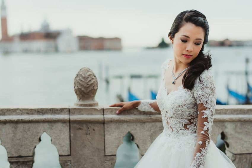 venice wedding photographer / bride portrait with gondolas