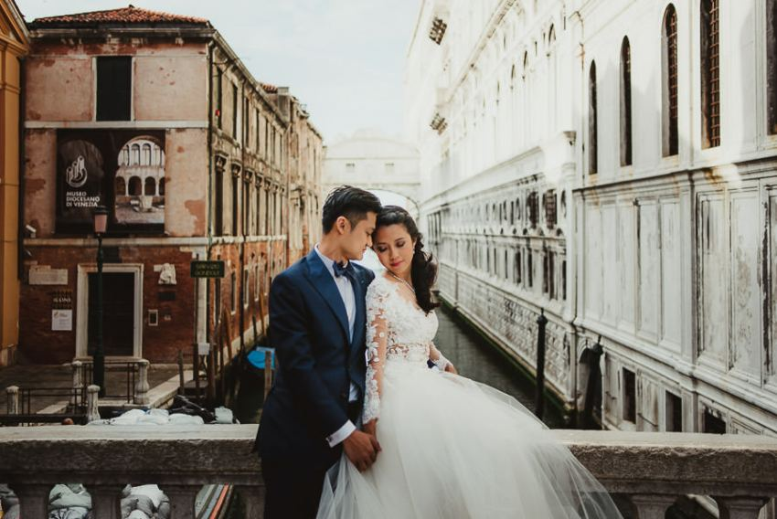 venice wedding photographer / sunrise pre wedding / bride groom portrait on venice bridge