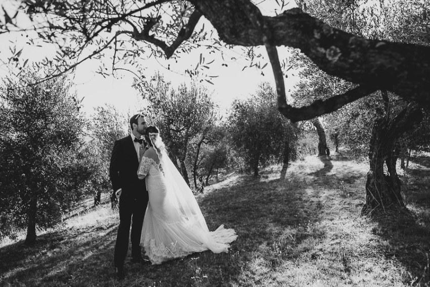 get married in Cortona Villa bride groom outdoor portrait intima