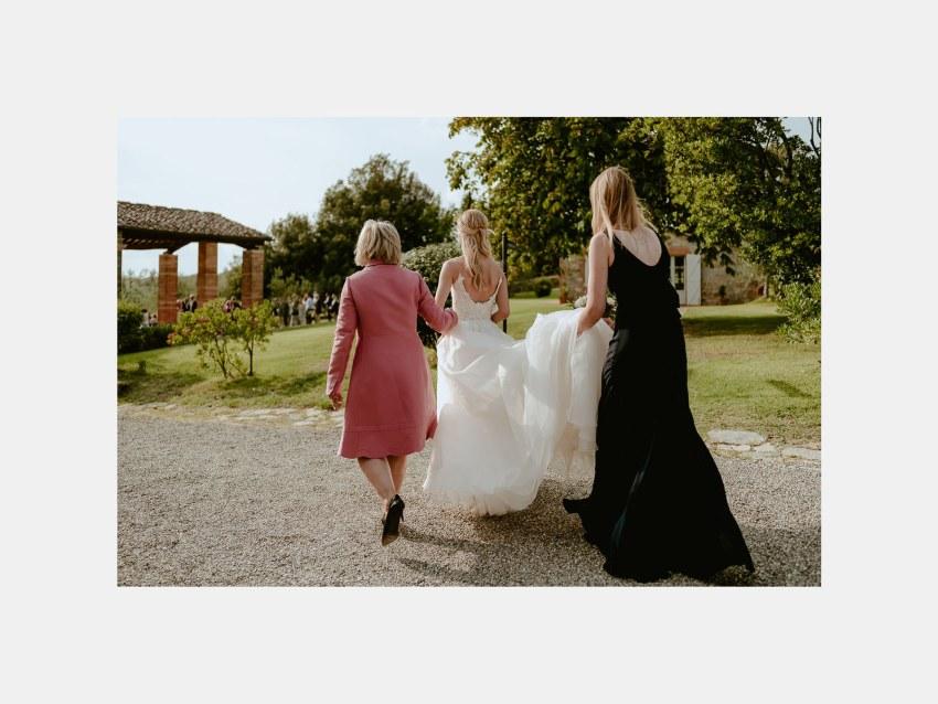Siena wedding photographer borgo scopeto bride going down the ai