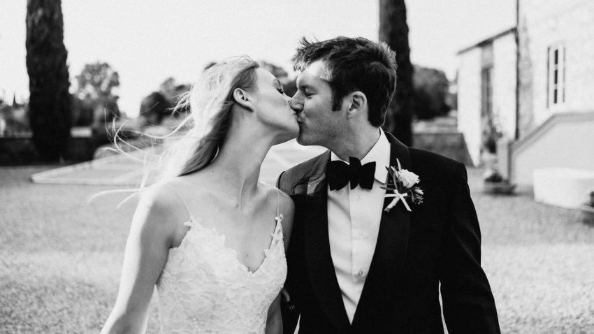 Siena wedding photographer borgo scopeto bride groom lbest kiss