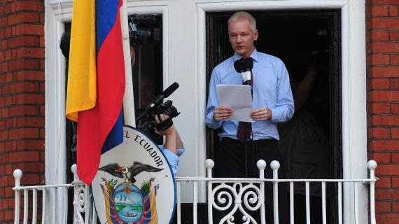 Le fondateur de WikiLeaks, Julian Assange, prononce un discours au balcon de l'ambassade d'Equateur, à Londres (Royaume-Uni), le 19 août 2012.