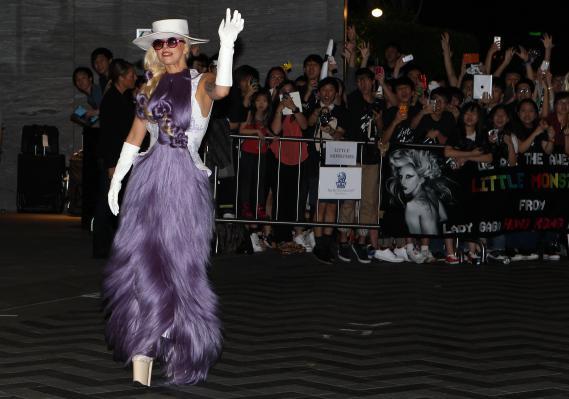 La chanteuse Lady Gaga pose pour les photographes à son arrivée à Hong Kong, le 28 avril 2012.