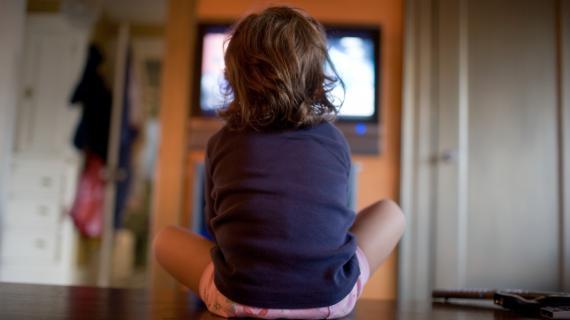 Les enfants qui regardent la télévision plusieurs heures par jour ont plus de risques que les autres d'avoir un comportement antisocial une fois adultes, selon une étude néo-zélandaise publiée le 18 février 2013.